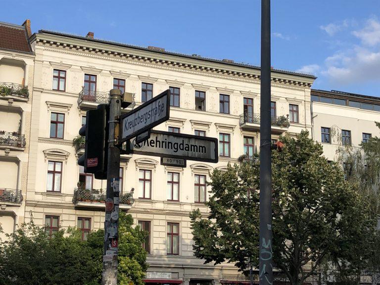 Een gebouw in Berlijn en een lantaarnpaal met twee straatnaambordjes