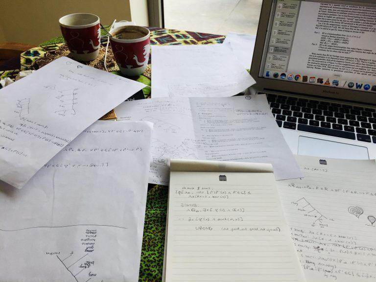 Een tafel vol papieren en lege koffiekoppen