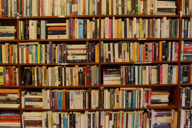 Een grote houten boekenkast vol boeken