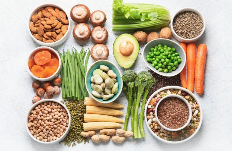 Allerlei soorten plantaardig eten op een tafel